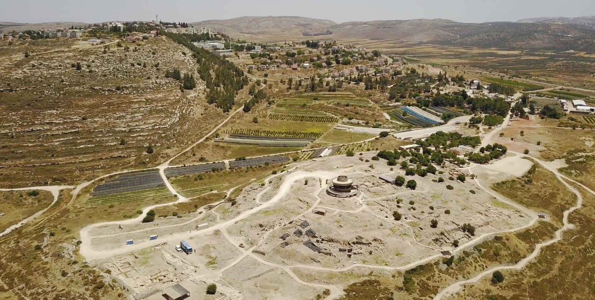 上图:示罗考古挖掘现场Tel Shiloh。在整个士师时代,会幕和约柜大部分时间都在示罗。