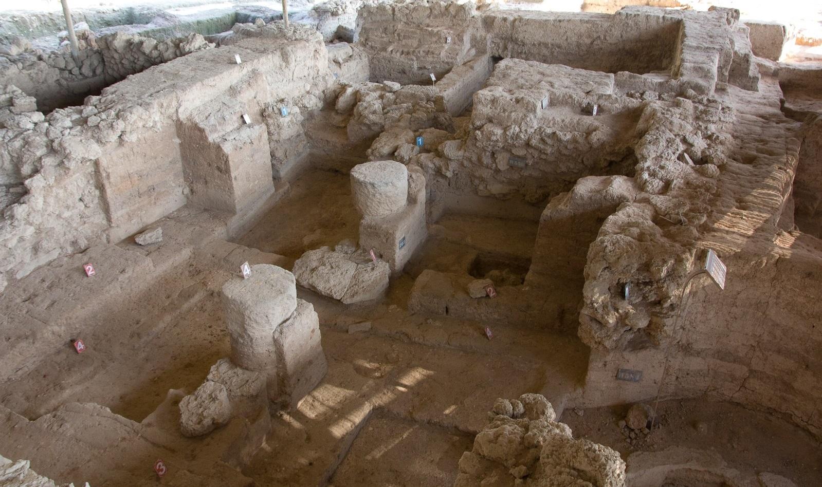 上图:主前12世纪Tell Qasile非利士神庙中的两根柱子基石。这是1972年在特拉维夫Yarkon河北岸Tell Qasile遗址发现的非利士神庙,由前厅和大厅组成。大厅的中间由两根木柱支撑,木柱设置在两个圆形的基石上。两根柱子之间的距离大约是6英尺,正好是一个成年人伸手可及。