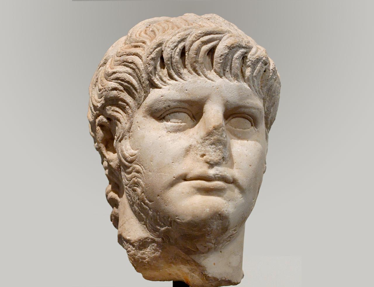上图:被施以除忆诅咒(Damnatio memoriae)的尼禄雕像,尼禄的鼻子已被挖去。除忆诅咒,指从人们的记忆中消除某个人的存在。这是在古罗马元老院对于某些已故人士的惩罚,遭到除忆诅咒的人士生前曾经出现过的铭文、雕像、货币、文字记录等等,全都要被销毁、抹去或改写,仿佛他们不曾存在过一样。