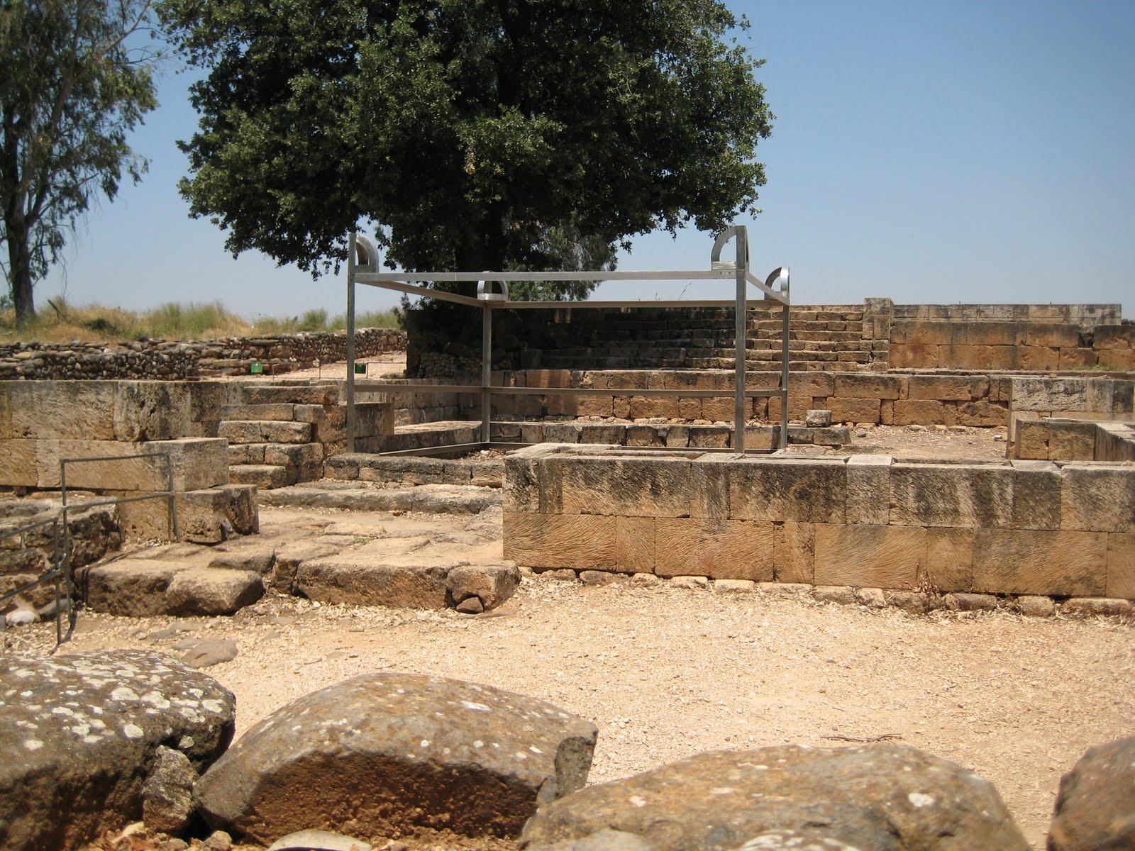 上图:但的邱坛。耶罗波安在这里设立金牛犊(王上十一29-30)。