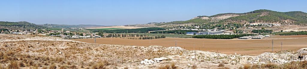 上图:梭烈谷的下坡是非利士人的地区,亭拿位于这一带。所以说「参孙跟他父母下亭拿去」(士十四5)。