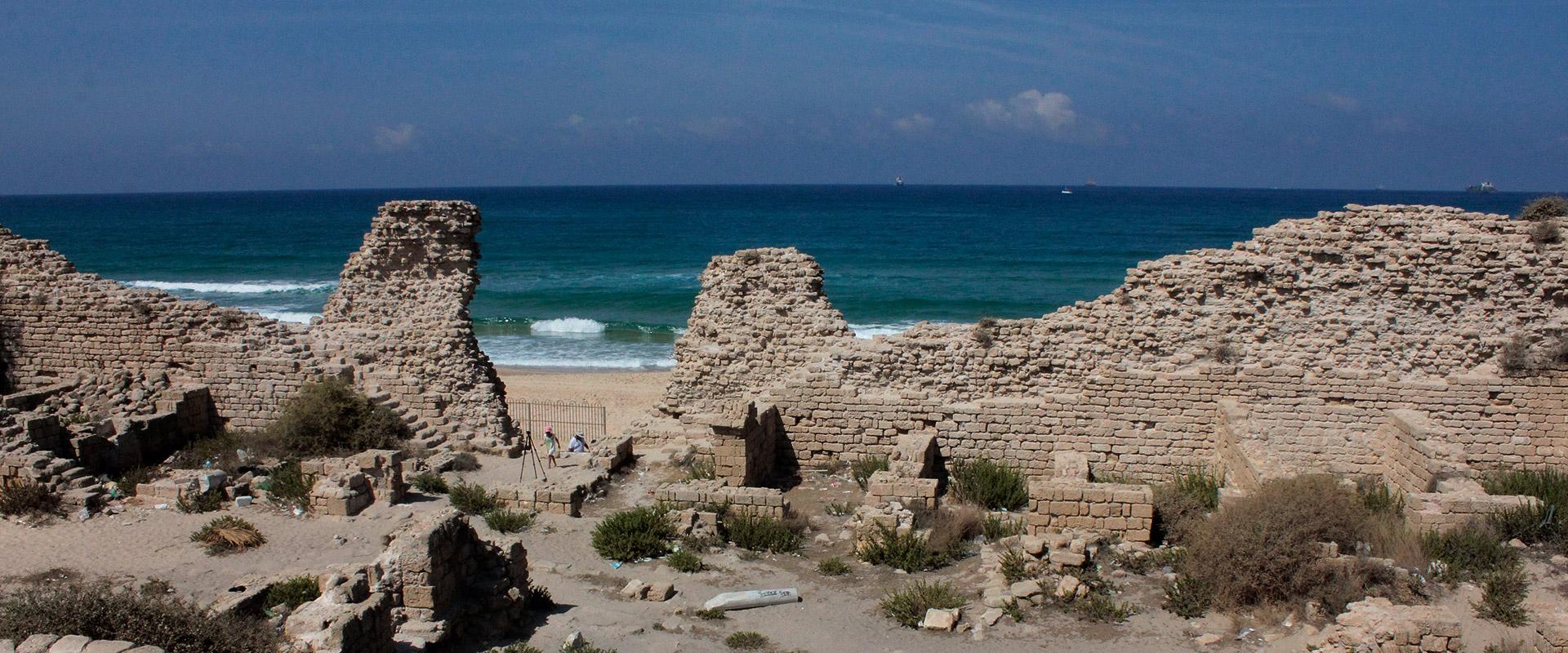 上图:位于地中海边的亚实突遗址。现代的亚实突已经成为以色列的第6大城市,亚实突港是以色列第一大港口。