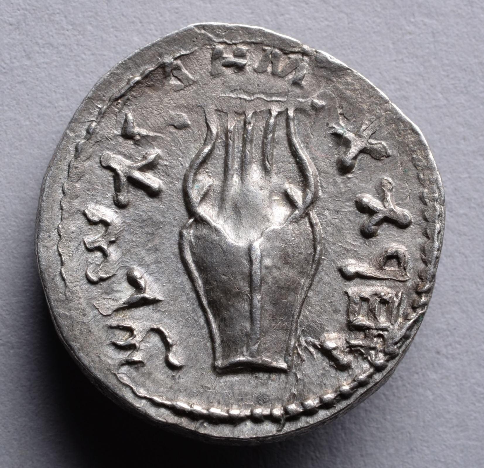 上图:主后132年-135年犹太巴尔·科赫巴起义(Bar Kokhba revolt)期间发行的硬币,上面有古代以色列的大卫琴(Kinnor/כִּנּוֹר)的图案。