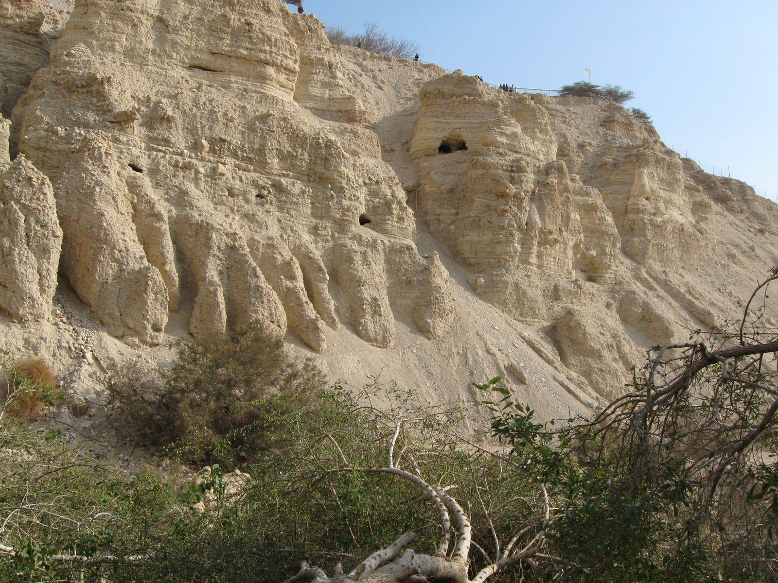 上图:隐·基底的悬崖上有许多山洞可以藏身。