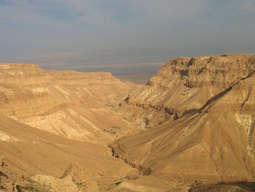 上图:从约斯门(Jeshimon)地区俯瞰死海。大卫与扫罗可能就在这样的山顶两边相望。