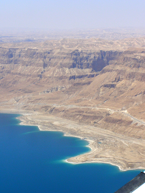 上图:约斯门(Jeshimon)是犹大旷野东边与死海接壤的带状地区,包括隐·基底。这个区域海拔迅速下降1000多米,气候干旱、地势崎岖,容易躲藏。