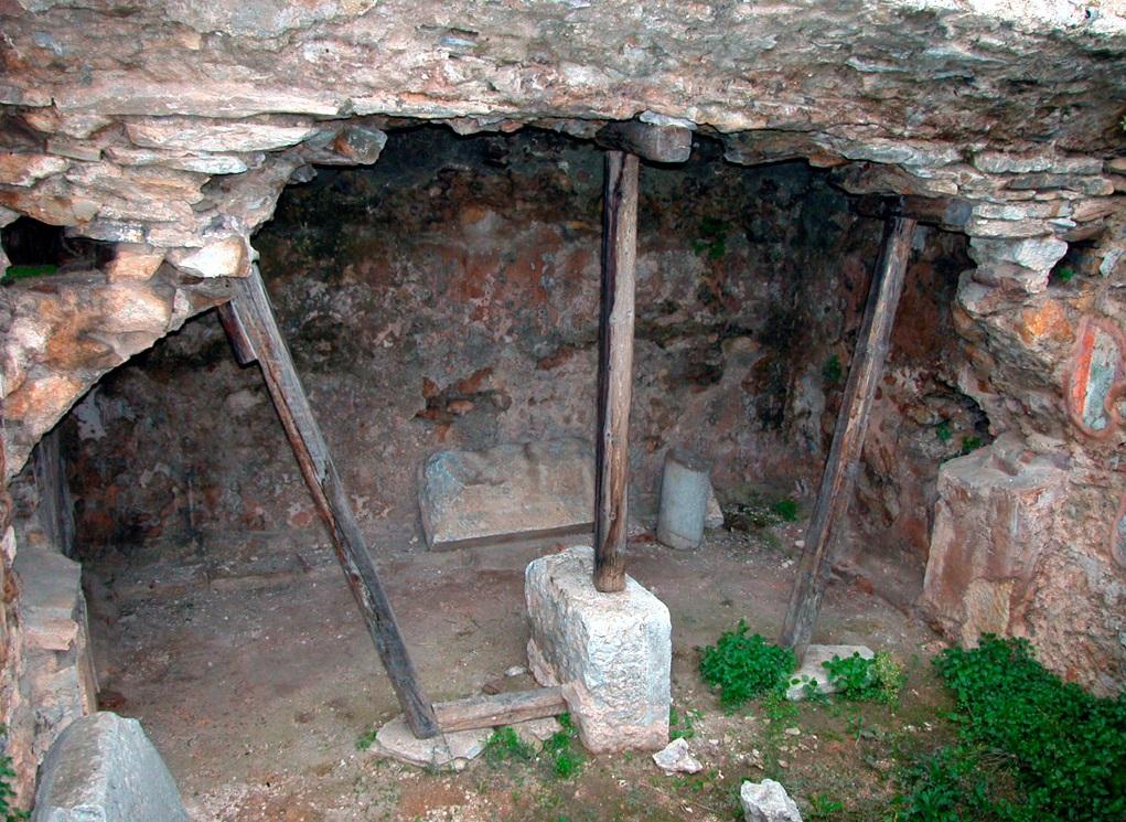上图:腓立比监狱的牢房。保罗和西拉就在这样的牢房里唱诗赞美神。