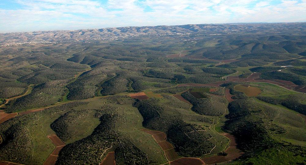 上图:示非拉(Shephelah)丘陵。示非拉丘陵位于犹大山地和非利士沿海平原之间,许多季节性的河道经过这里流向平原,形成五个东西走向的主要山谷,成为从非利士沿海平原进入犹大山地的天然交通路线,也成为以色列人与非利士人经常争战的地方。这五个山谷从北到南依次是: 1、亚雅仑谷(Aijalon Valley):亚雅仑谷的上游有两条支谷,北支谷通往便雅悯高原中部,南支谷通往耶路撒冷。基色扼守亚雅仑谷西边的入口,上伯和仑和下伯和仑是通往便雅悯的两个重要城邑。 2、梭烈谷(Sorek Valley):梭烈谷在五个山谷中最平缓,所以成为进入犹大山地优先选择的通道,可以通往耶路撒冷和伯利恆。梭烈谷就是参孙对抗非利士人的地方。 3、以拉谷(Elah Valley):这是进入希伯仑和伯利恆的关键通道。亚西加扼守着以拉谷西边的入口。以拉谷是大卫与巨人歌利亚决战的地方。 4、姑弗林谷(Guvrin Valley):姑弗林谷可以通往希伯仑,但比较少被人使用。 5、拉吉谷(Lachish Valley):拉吉谷可以通往犹大山地南部的重要城市希伯仑。