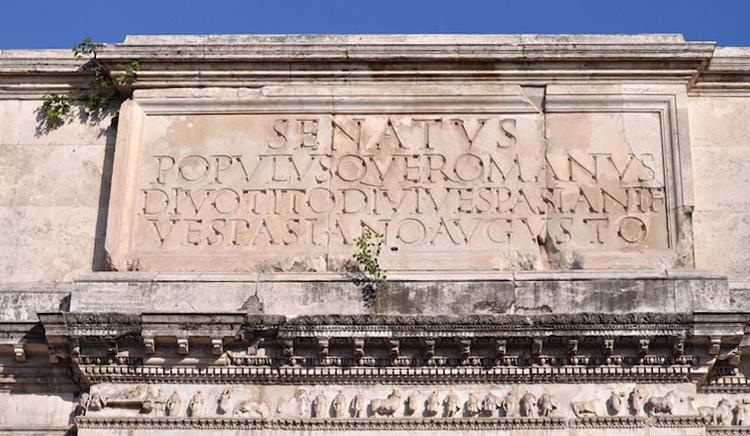 上图:主后1世纪罗马提多凯旋门上的碑文。古代罗马人喜欢在建筑上刻上碑文,说明建筑的目的。