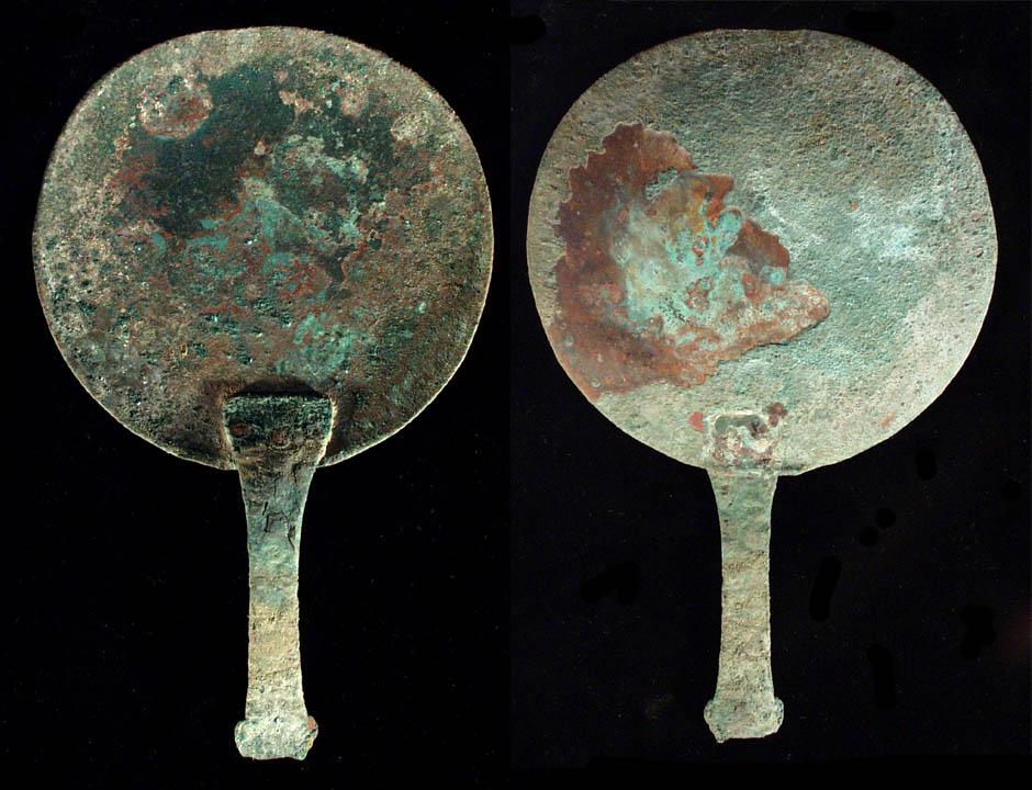上图:古希腊的青铜镜。古罗马人十分重视清洁和修饰,公共浴室和许多公共场所都挂有镜子。但当时的镜子是用磨亮的青铜做的,看得不太清楚,所以说「我们如今彷佛对着镜子观看,模糊不清」(林前十三12)。