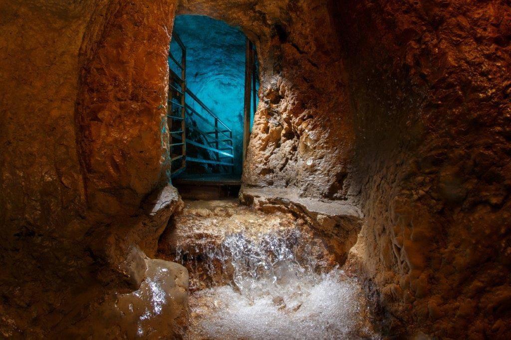 上图:至今仍然按时喷涌的地下间歇泉基训泉(Gihon Spring),冬季一天能喷水3-5次、夏天2次、秋天1次。耶路撒冷城建在山上,饮水倚靠城内的贮水池和城外的水泉。最近的水泉是城东南山下汲沦谷(Kidron Valley)的基训泉,地势比较低,没有办法用城墙保护,战时只能通过秘密通道引水入城。