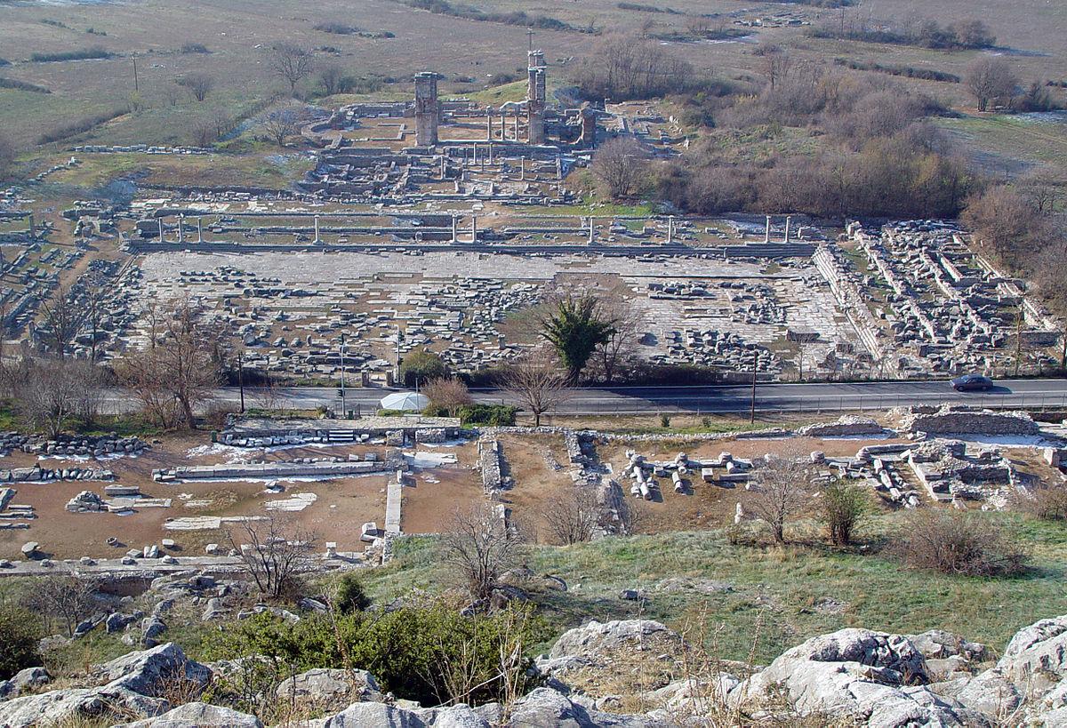 上图:腓立比古城市中心遗址,前景是广场,背景是市场和长方形教堂。腓立比(Φἱλιπποι/Philippoi)位于马其顿东部,主前356年由腓力二世建立,在新约时代是罗马的殖民地。