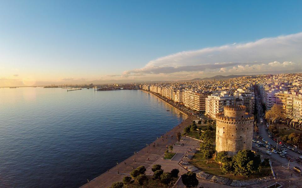 上图:现代帖撒罗尼迦(Thessaloniki)是希腊的第二大都市,人口约100万人。帖撒罗尼迦位于罗马帝国两条交通要道的交会点,一条是从意大利通往东欧的伊格那提亚大道(Via Egnatia),另一条是从多瑙河到Thermaikos湾(又名Gulf of Salonika萨隆尼卡湾)的水路,因此,帖撒罗尼迦成为一个重要的海港城市。主前146年,帖撒罗尼迦成为罗马帝国马其顿省的首府。主前42年,帖撒罗尼迦被罗马皇帝授予自治权,成为一个「自由皇城」(Free Imperial City)。