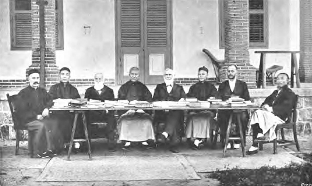 上图是和合本的主要译者及其中文助手,从左至右分别是:中国内地会及浸信会的鲍康宁(Frederick William Baller)、中文助手刘大成、美国公理会的富善(Chauncey Goodrich)、中文助手张洗心、美北长老会的狄考文(Calvin Wilson Mateer)、中文助手王宣忱、美国美以美会的鹿依士(Spencer Lewis)、中文助手李春蕃。不在照片上的译者还有英国伦敦会的文书田(George Sydney Owen)及其中文助手诚静怡、白汉理(Henry Blodget)、倪文思(John L. Nevius)、布蓝非(Thomas Bramfitt)、海格思(John Reside Hykes)、赛兆祥(Absalom Sydenstricker)、安德文(Edwin E. Aiken)、林辅华(Charles W. Allan)、陈克拉克(Samuel R. Clarke)、林亨理(Henry M. Woods)、路崇德(James W. Lowrie)、瑞思义(William H. Rees),中文助手还有王治心、邹立文。