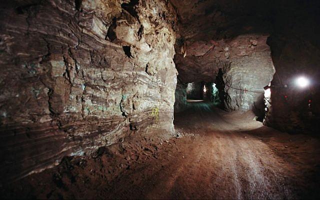 上图:位于以拉他以北35公里处Timna Valley的一处铜矿。这里有几千处铜矿,几十处冶炼场所。在此之前,大多数考古学家认为该遗址是由古埃及人建造和运营的,只有考古学家Nelson Glueck根据主前10世纪的陶器碎片,坚称这是所罗门时代的铜矿。