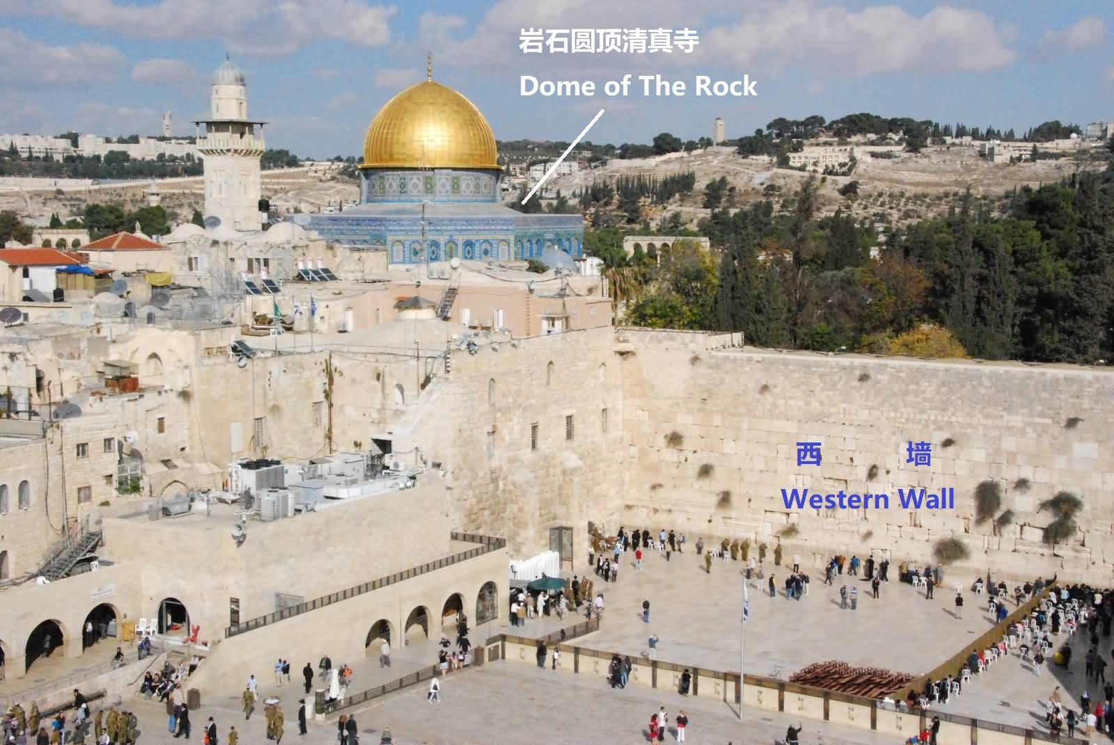 上图:从西墙的方向看岩石圆顶清真寺。金顶下面的岩石,很可能就是所罗门圣殿中至圣所的位置。