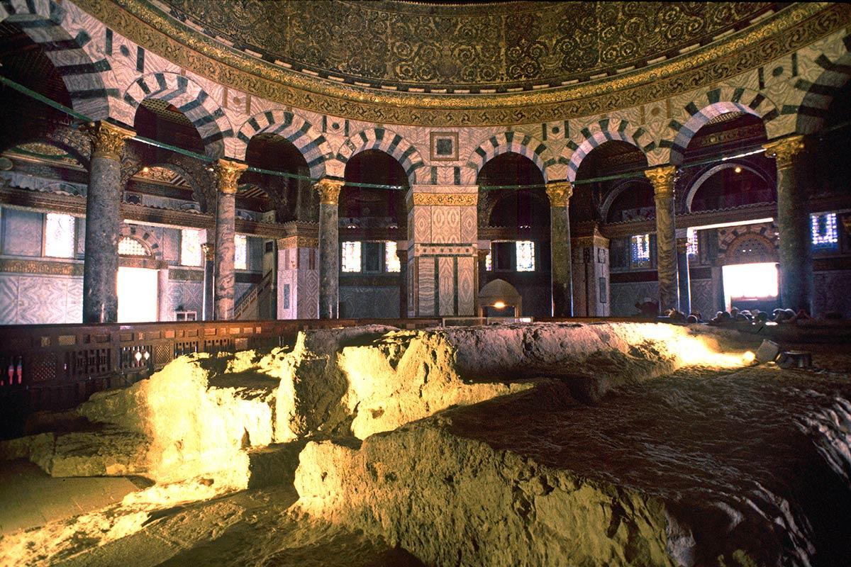 上图:岩石圆顶清真寺金顶下面的岩石,被称为「基石 Foundation Stone」,又被称为「穿孔石(Pierced Stone」,因为在它的东南角有一个小洞,可以进入岩石下面被称为「灵魂之井 Well of Souls」的洞穴中。有的犹太拉比认为这块石头就是至圣所的所在地,有的则认为是圣殿祭坛的所在地。犹太教认为亚伯拉罕在这块岩石上奉献以撒,伊斯兰教认为穆罕默德在这块岩石上夜行登霄。