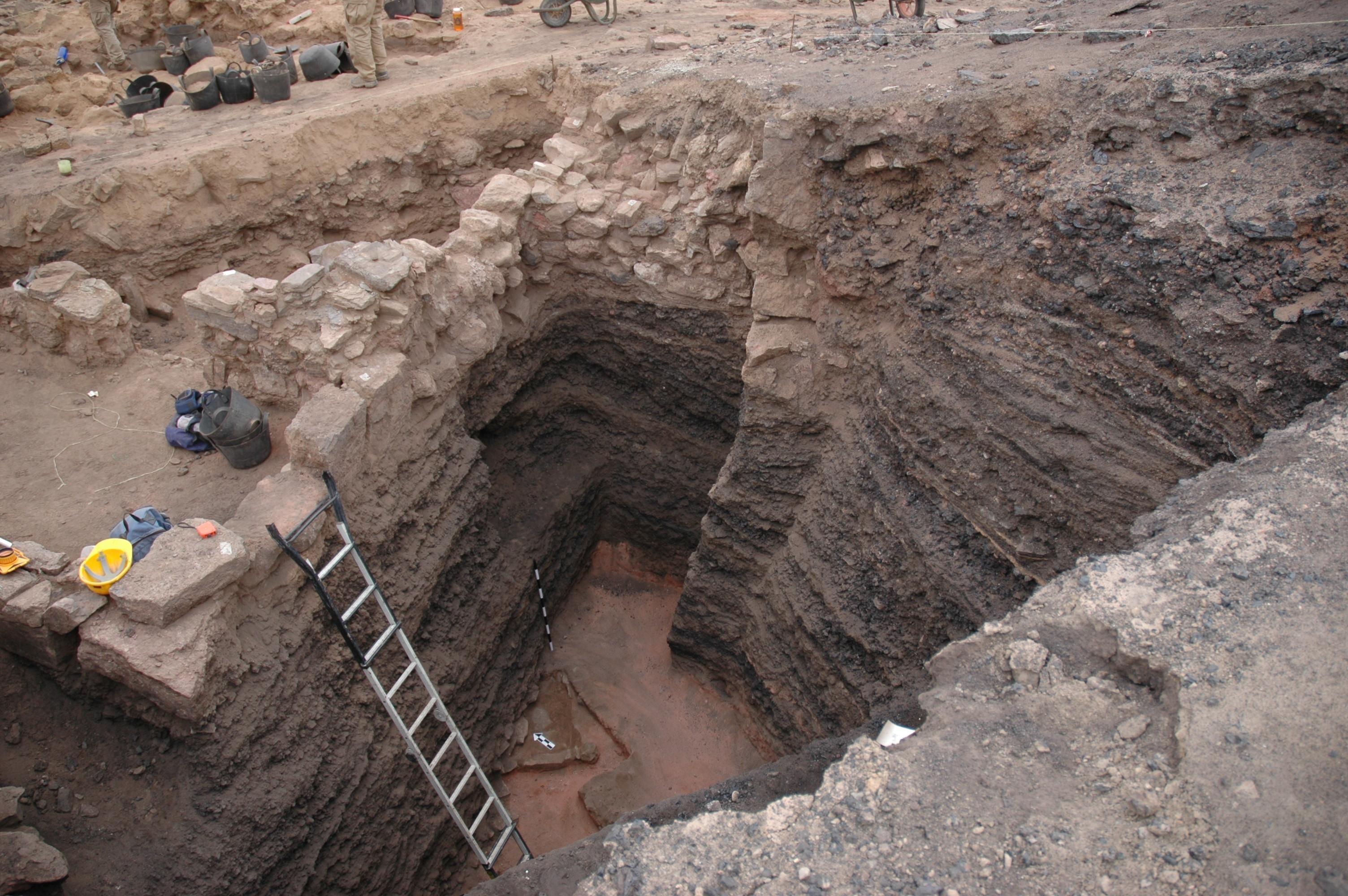 上图:2006年,加州大学圣地亚哥分校的Thomas Levy所领导的一个国际考古学家团队在约旦的Khirbat en-Nahas挖掘出来的工业铜渣土墩。它上面的建筑物和层数可以追溯到主前9世纪中期,而建筑物下埋放的超过20英尺的矿渣是主前10世纪的。这些文物证明,这里在主前10世纪是一个大型铜生产基地,与大卫和所罗门的统治时期一致。Khirbat en-Nahas位于死海以南的荒凉干旱地区的低地,这里过去属于以东。