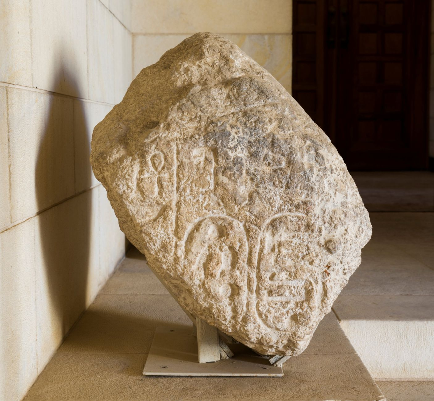 上图:米吉多出土的一块石头上,刻着埃及法老示撒的象形茧纹章(Cartouche)。这块石头可能是示撒攻占米吉多后的胜利纪念碑的一部分。