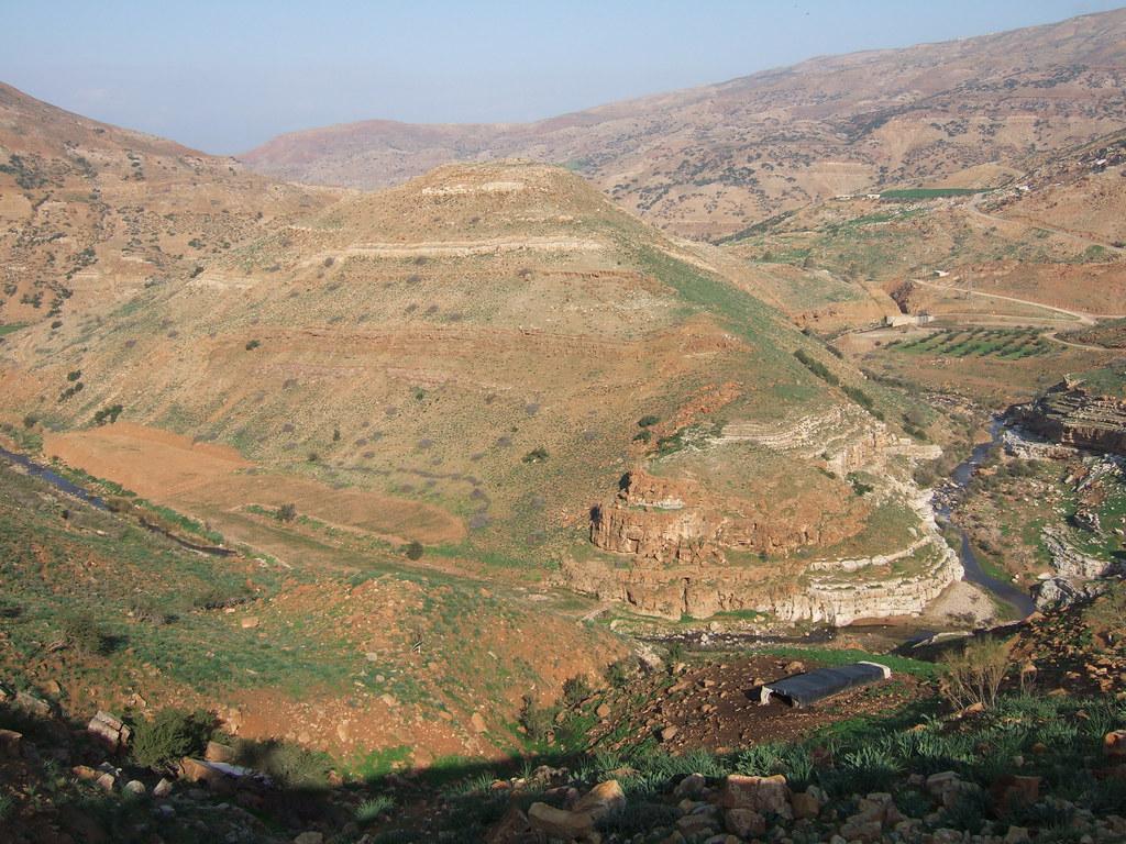 上图:从东南面望毘努伊勒遗址。耶罗波安利用这个城堡来控制约旦河东的基列地,埃及法老示撒后来也攻取了毘努伊勒。