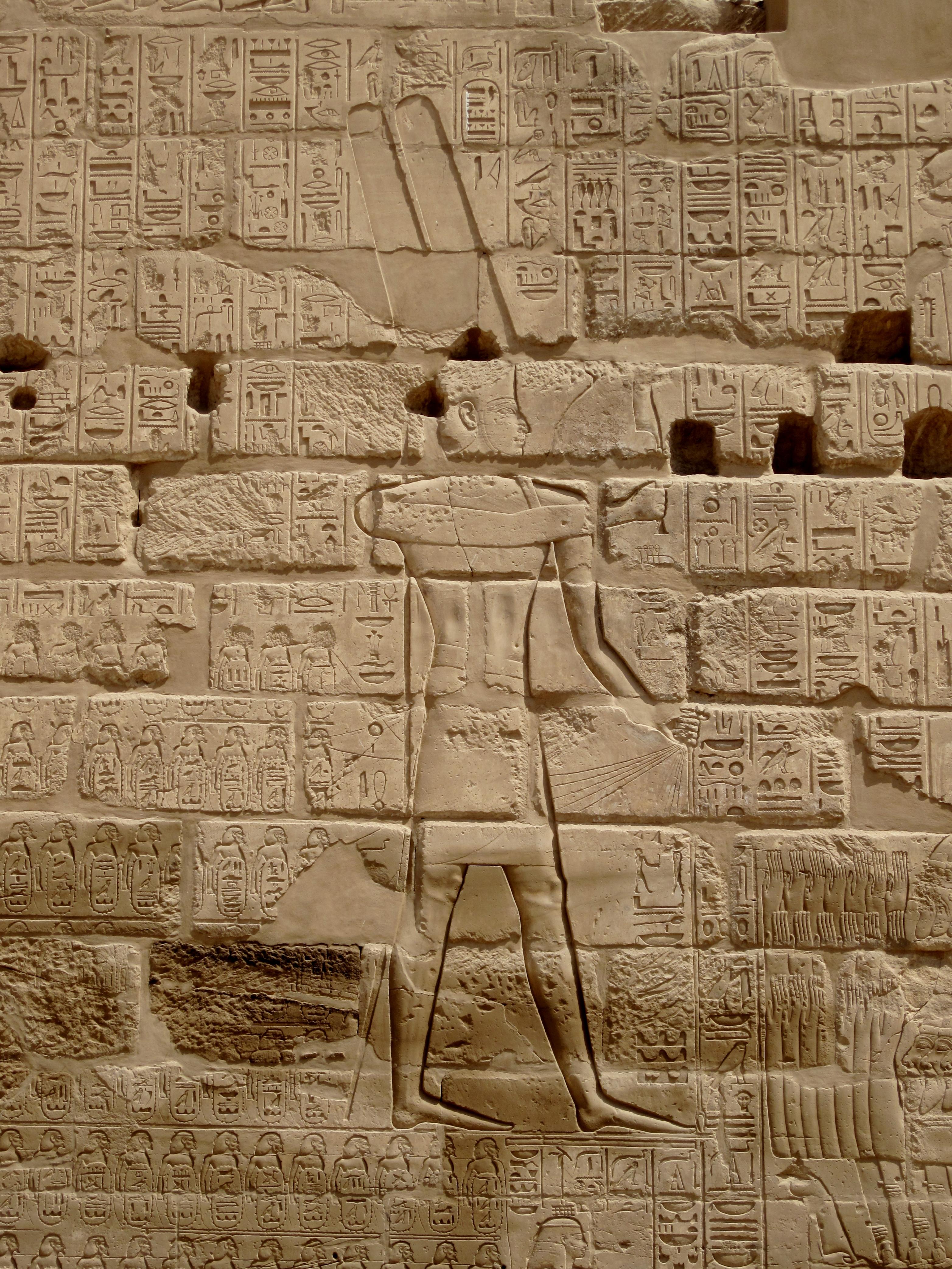 上图:古埃及第二十二王朝首位法老舍顺克一世(Shoshenq I,主前943–922年)的凯旋浮雕,位于卡纳克神庙(Temple of Karnak)的Bubastite Portal大门上。浮雕上描绘了舍顺克一世的迦南战役,上面列出了所占领的以色列和犹大的城镇,如伯·珊、伯·和仑、米吉多、亚拉得等等。考古学家普遍认为舍顺克一世就是罗波安王第五年入侵犹大的埃及王示撒(Shishak,王上十四25-26;历代志下十二1-9)。根据埃及年鉴,可推出迦南战役的时间是主前925年左右,由此确定所罗门去世、罗波安登基的时间为主前930年,并推出所罗门登基的时间是主前970年。