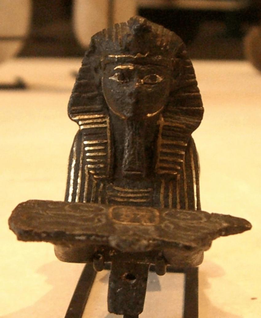 上图:古埃及第二十一王朝倒数第二位的法老西阿蒙(Siamun,主前986-967年在位)的铜制人面狮身像,现存于卢浮宫。第二十一王朝实际上只能统治下埃及,底比斯阿蒙神的大祭司(Theban High Priests of Amun)控制着中埃及和上埃及,表面上承认法老,但实际上权力和法老一样大。西阿蒙的权力受到限制,所以选择用结亲的方式与所罗门建立联盟。