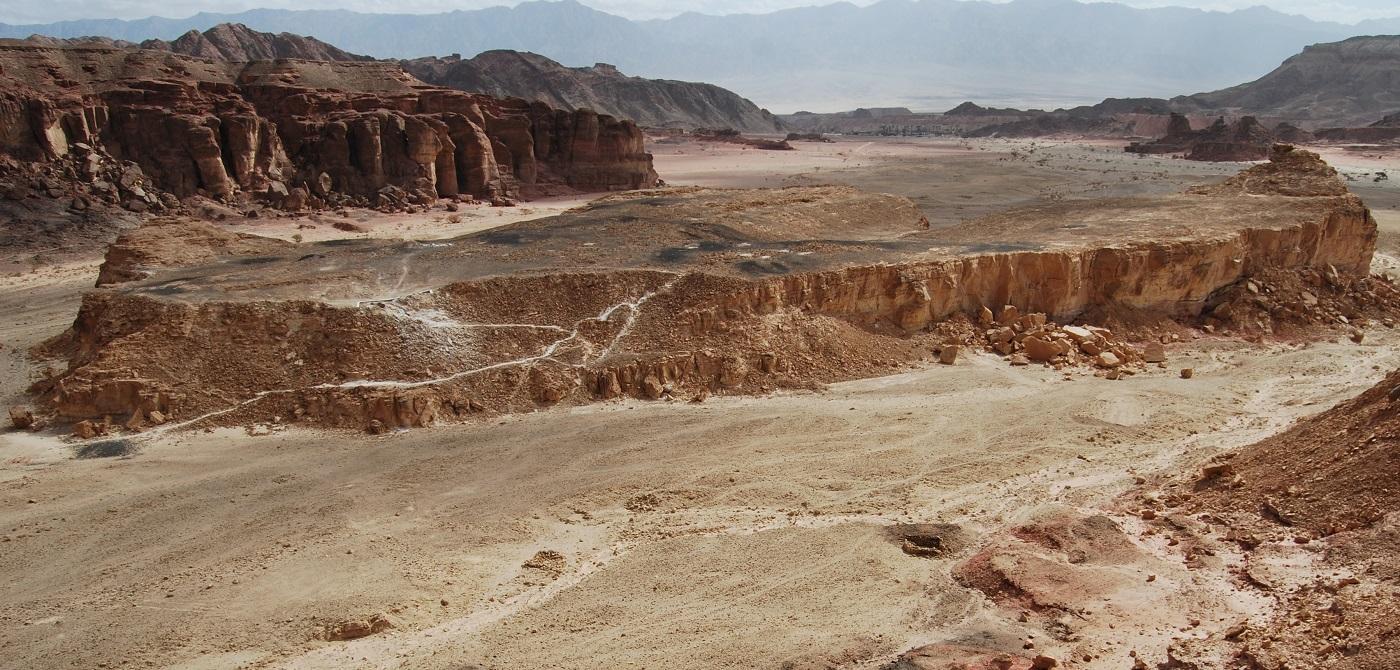 上图: Timna谷Slave's Hill铜矿遗址。2013年,特拉维夫大学Erez Ben-Yosef博士领导的考古团队在这里挖掘出了炉子、衣服、织物和绳索的碎片,以及食物残渣。通过对枣核和橄榄核放射性碳测定,证明主前10世纪所罗门统治时期,有许多以东人在此工作。2016年,Erez Ben-Yosef又发现了主前10世纪的驴和其它牲畜的粪便,粪便样本包括的种子和花粉孢子如此完整,以致可以确定这些牲畜的饲料来自北方160公里以外靠近地中海的地区,证明这里的铜被长途运输到犹大地区。从这里到耶路撒冷有300公里,是驴子两星期的路程。