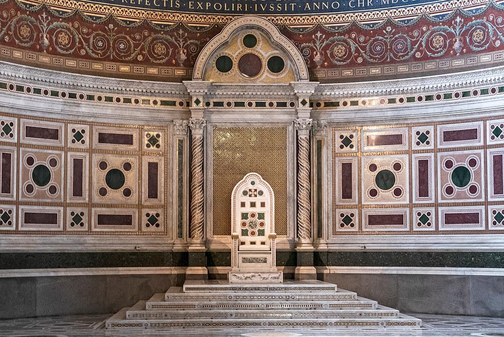 上图:梵蒂冈拉特朗圣约翰大教堂(Archbasilica of St. John Lateran)中教皇的宝座,和所罗门的宝座一样,有六层台阶、「宝座有六层台阶,座的后背是圆的,两旁有扶手」(王上十19)。