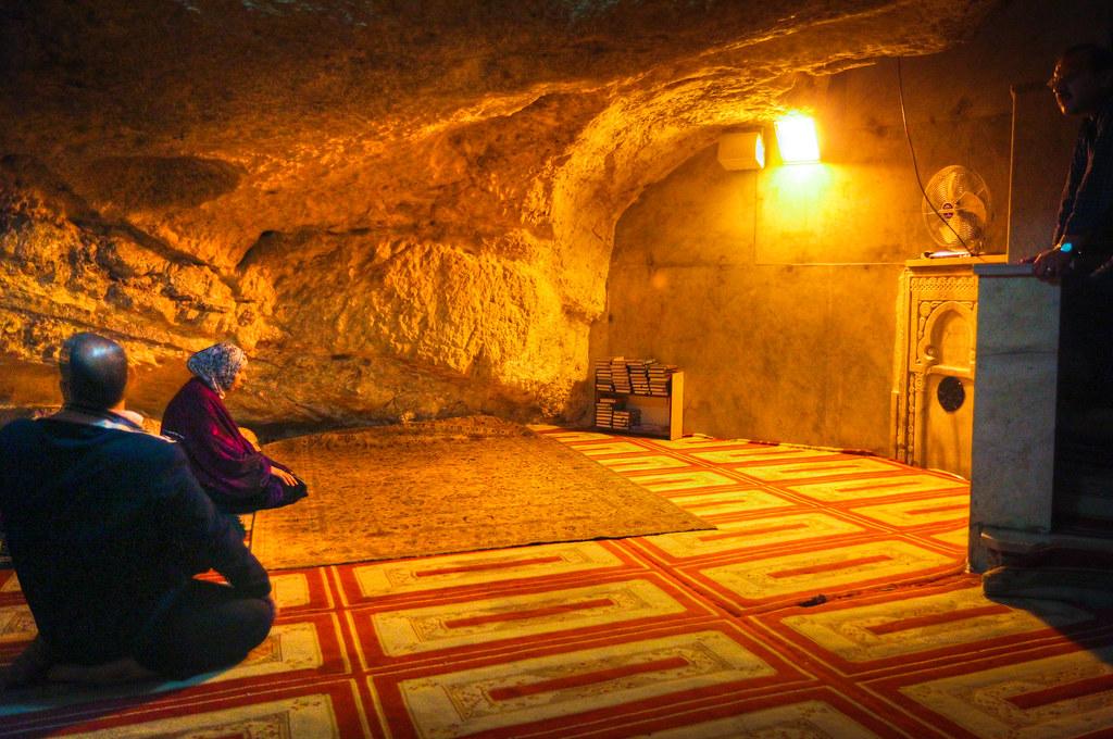 上图:「基石 Foundation Stone」下面的天然洞穴被称为「灵魂之井 Well of Souls」,洞穴的北面是亚伯拉罕的小神龛,西北角是以利亚的神龛,穆斯林可以进入这里祷告。洞穴底部的凹陷有回声,下面可能还有一个房间。犹太人认为这里就是隐藏约柜的地方。