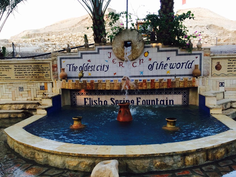 上图:耶利哥的以利沙泉。苏丹废墟(Tell es-Sultan)就是耶利哥古城,位于死海以北9公里、约旦河西7公里,是约旦河谷Qelt旱溪(Wadi Qelt)旁的一个绿洲。当地冬天温暖,夏天有棕树遮荫,有以利沙泉(王下二19-22,现代名Ein as-Sultan)可供灌溉。