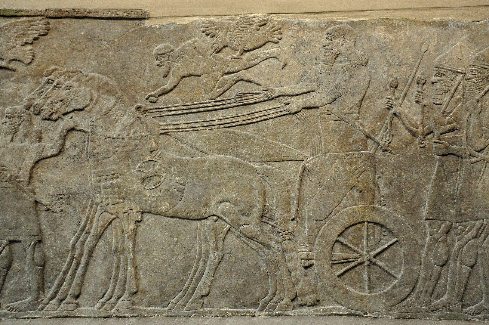 上图:宁录亚述王宫出土的亚述那西尔帕二世(Ashurnasirpal II,主前883-859年在位)的浮雕,描绘亚述神明在亚述战车前面开路。