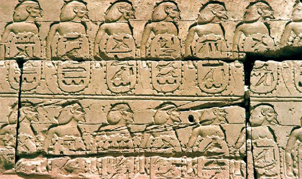 上图:在卡纳克神庙(Temple of Karnak)的Bubastite Portal大门浮雕上,刻着156个被示撒占领城镇的名单,这些城镇分布在南地、犹大、以色列和非利士。
