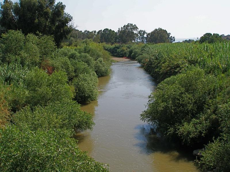 上图:加利利海上游的约旦河。乃缦从亚兰到以色列,途中看到的约旦河就是这种狭窄混浊的样子。