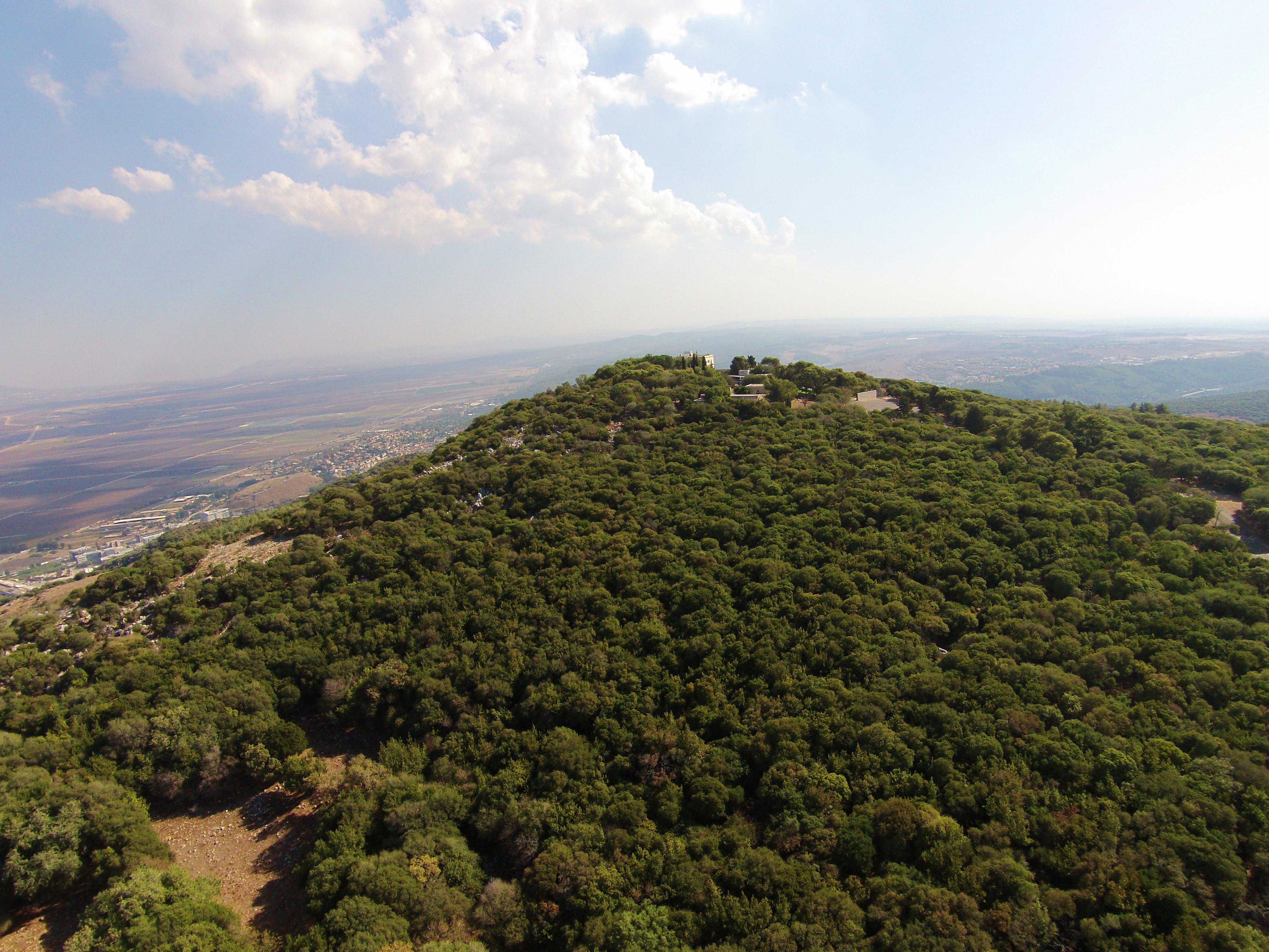 上图:Keren Carmel(迦密之角)是迦密山脉东北角的山峰,山下就是基顺河,山上有先知以利亚大战巴力先知的雕像。