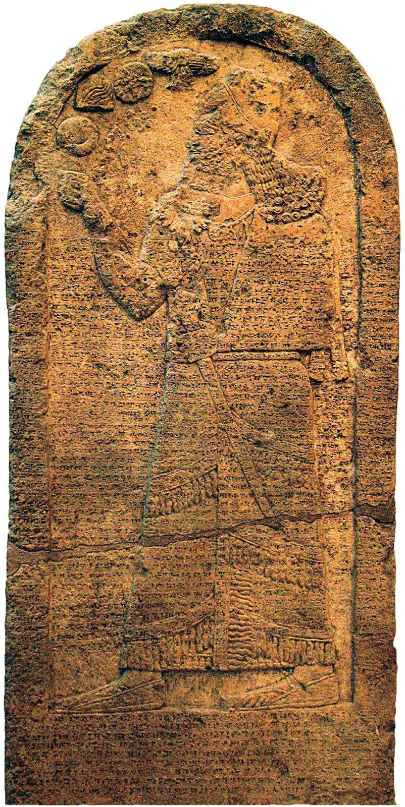 上图:亚述王撒缦以色三世(Shalmaneser III,主前859-824年在位)的库尔德石碑(Kurkh Stela),现存于大英博物馆。碑文记录了主前853年亚述王与反叛的亚兰联军进行的夸夸之战(Battle of Qarqar)。亚兰联军有十二个王,其中就有北国以色列王亚哈,他率领两千辆战车和一万名士兵。亚哈常与亚兰王争战(王上二十1-43),只有最后三年与亚兰没有战争(王上二十二1),在此期间与亚兰联盟抵挡亚述。