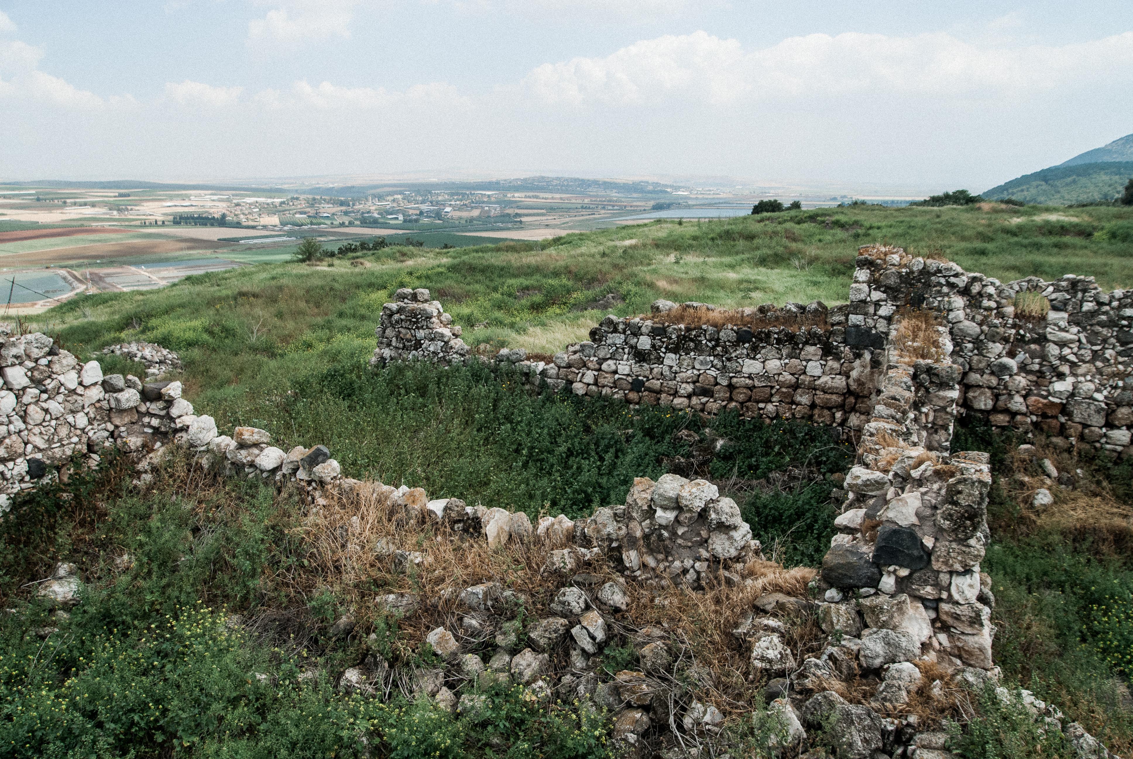 上图:耶斯列遗址(Tel Jezreel),位于耶斯列平原东南角的一座小山上,是一个主前9世纪的要塞。从城楼上可以清晰地俯瞰耶斯列平原从东面约旦河上来的路。