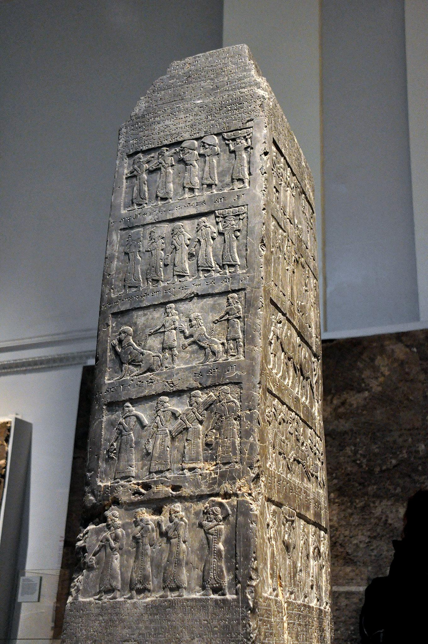 上图:主前841年左右撒缦以色三世的方尖碑(Black Obelisk of Shalmaneser III),现存于大英博物馆。这是迄今为止发现的最完整的亚述方尖碑,在一块黑色的石灰石上用浮雕和铭文记录了亚述王撒缦以色三世(Shalmaneser III,主前858-824年在位)的功绩。碑文上把以色列人称为「暗利之地的人民」。