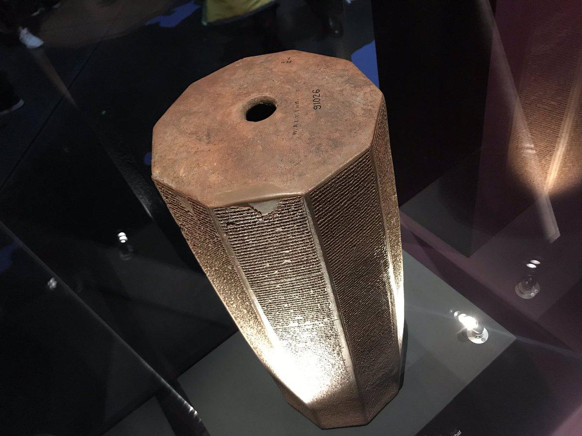 上图:亚述王亚斯那巴(Ashurbanipal,主前668-627年)的棱形石碑,现存于卢浮宫。碑文也记录了玛拿西是亚述忠实的附庸。