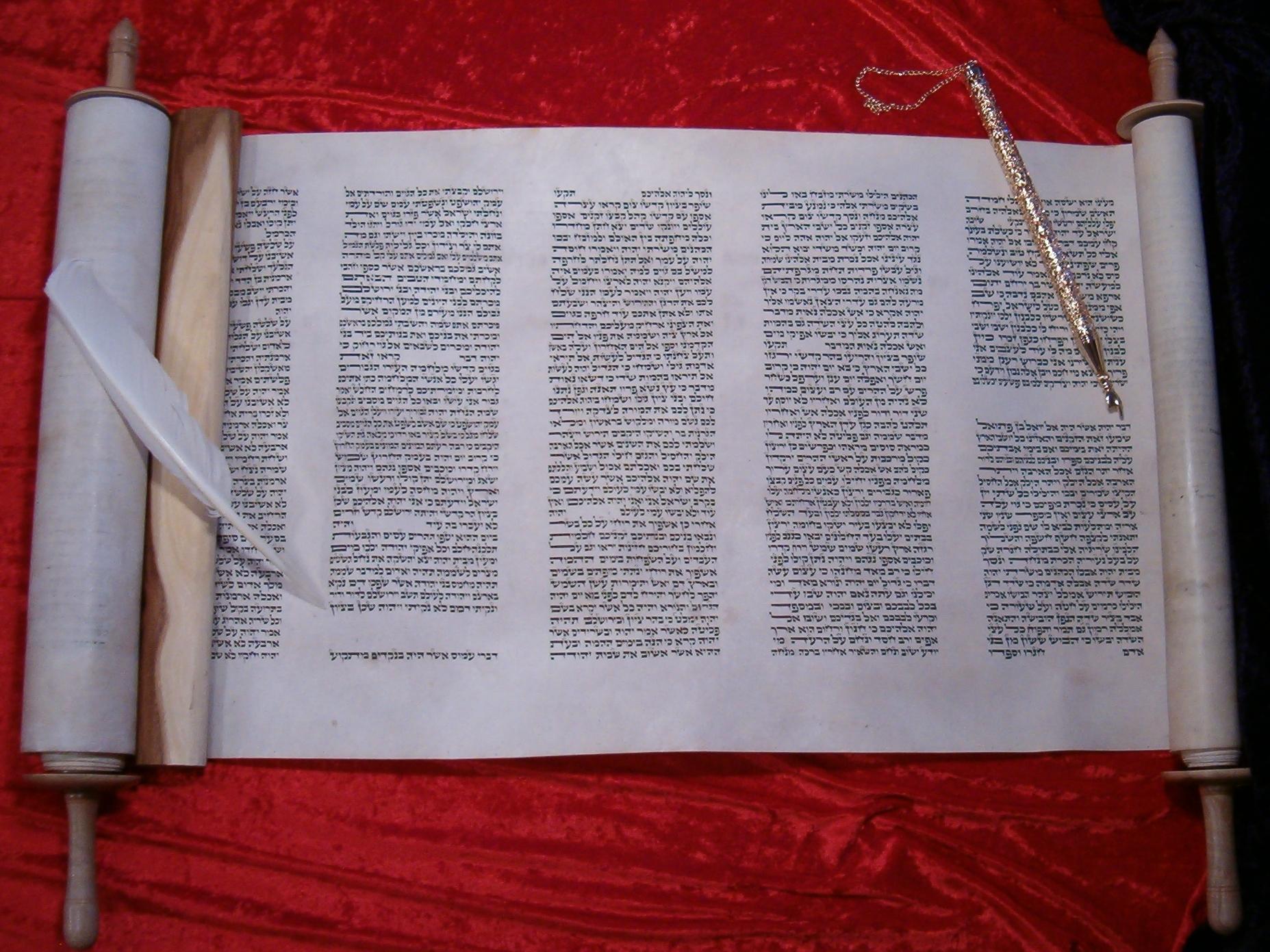 上图:希伯来文《十二先知书》的羊皮卷。在希伯来文圣经中,《十二先知书》被合为一卷,在希伯来圣经《塔纳赫》(תנ״ך / Tanakh)中被列为《先知书》的最后一卷。