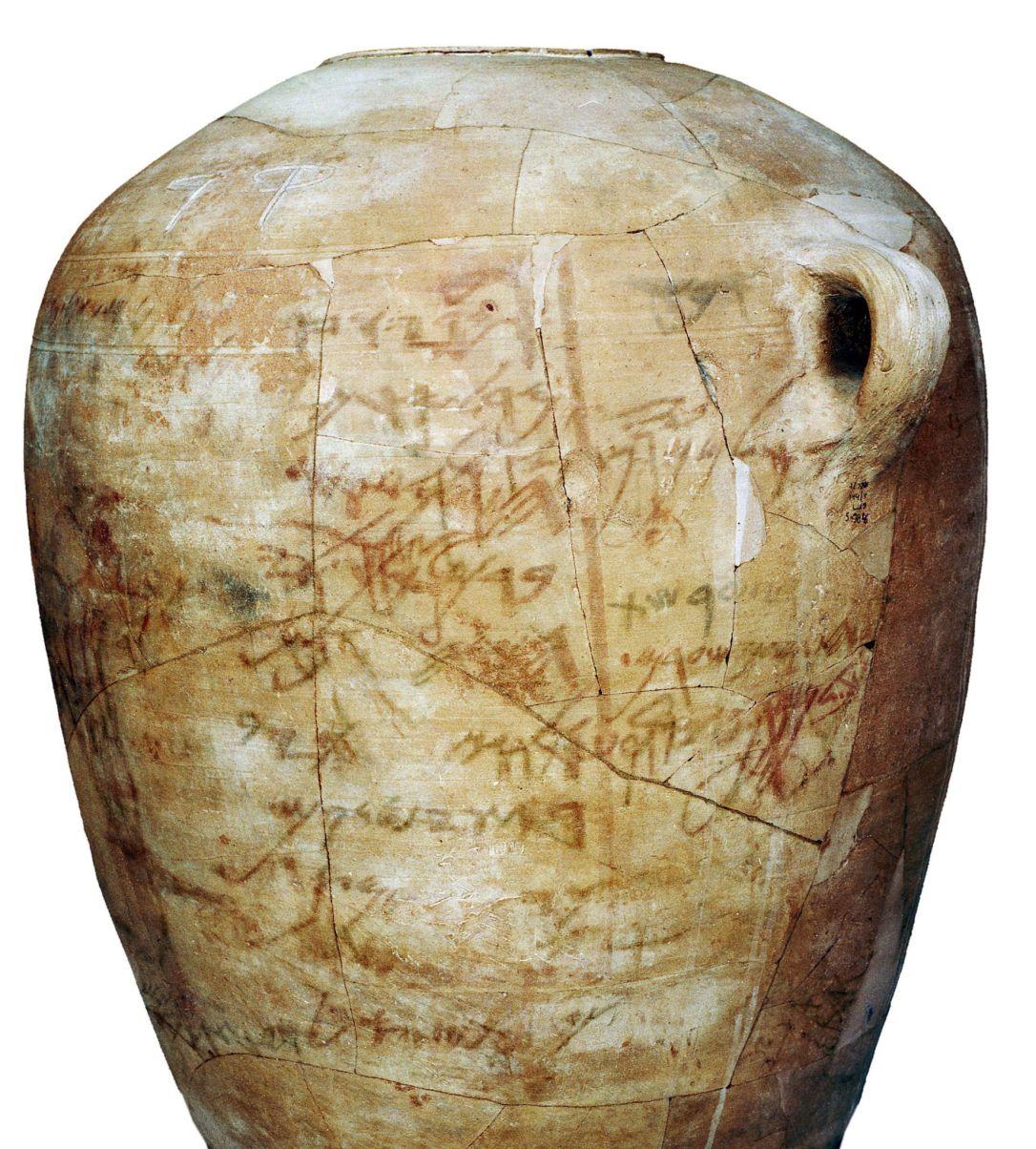 上图:1975年,特拉维夫大学的考古学家Ze'ev Meshel在西奈半岛东北部的Kuntillet Ajrud发现的主前9世纪晚期-8世纪早期的大口陶瓷坛,上面画有各种亚兰/腓尼基风格的动物、树、人物和神明,并用早期希伯来文和腓尼基文字提到了「耶和华」、「神」和「巴力」。其中用早期希伯来文写着两个短语:「撒马利亚的耶和华与他的亚舍拉」、「提幔的耶和华与他的亚舍拉」。「撒马利亚」是北国以色列的首都,提幔是以东人(创三十六15),「亚舍拉」的意思是「树丛」,可能指迦南女神亚舍拉,也可以指代表亚舍拉的神木、神树。这些陶片反映了当时信仰掺杂的情况,表明北国以色列和受犹大控制的以东在敬拜神的时候,祭坛旁边都有木柱或树。