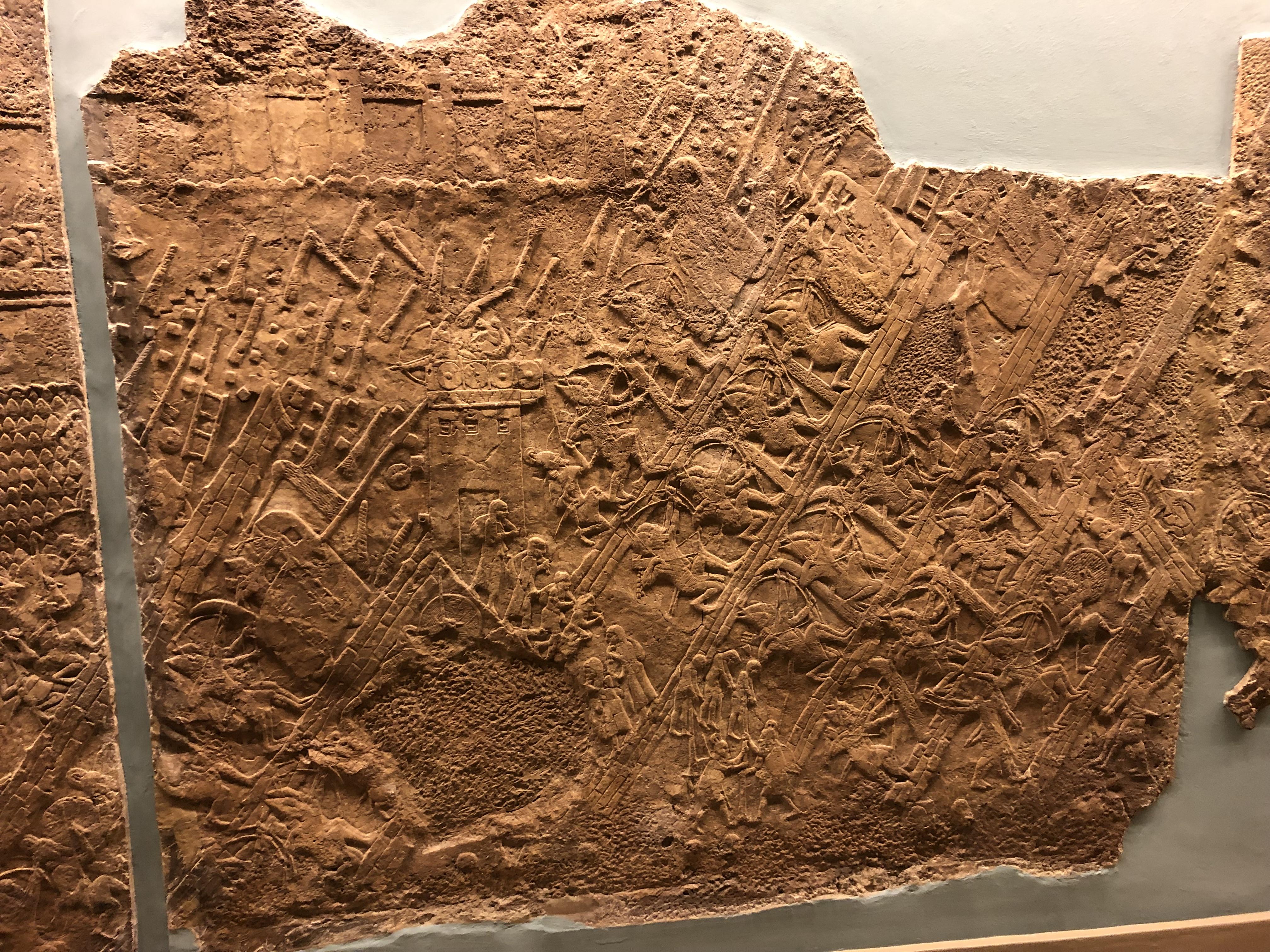 上图:尼尼微出土的拉吉之围(Siege of Lachish)浮雕的一部分。石碑上说希西家的贡物包括宝石、大象的皮革,和希西家亲生的女儿、妃嫔与乐师等,又掳去百姓二十万人。