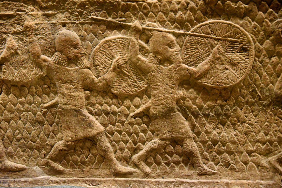 上图:拉吉之围浮雕(Siege of Lachish Relief)的一部分,描绘亚述士兵拿着盾牌攻城。
