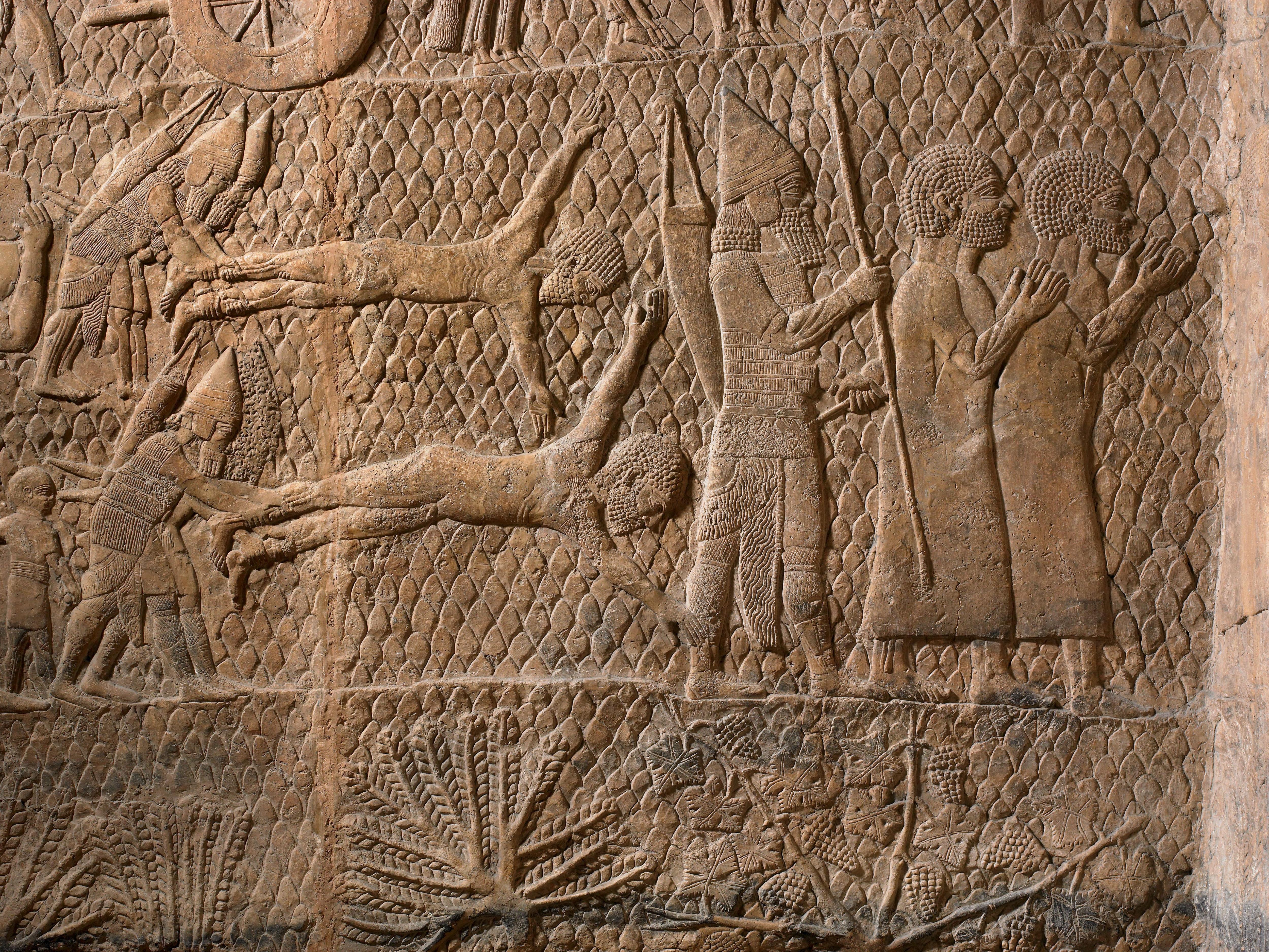 上图:拉吉之围浮雕(Siege of Lachish Relief)的一部分,描绘亚述士兵摔死和掳走俘虏。亚述的恐怖行为,给希西家和百姓都造成了极大的压力。