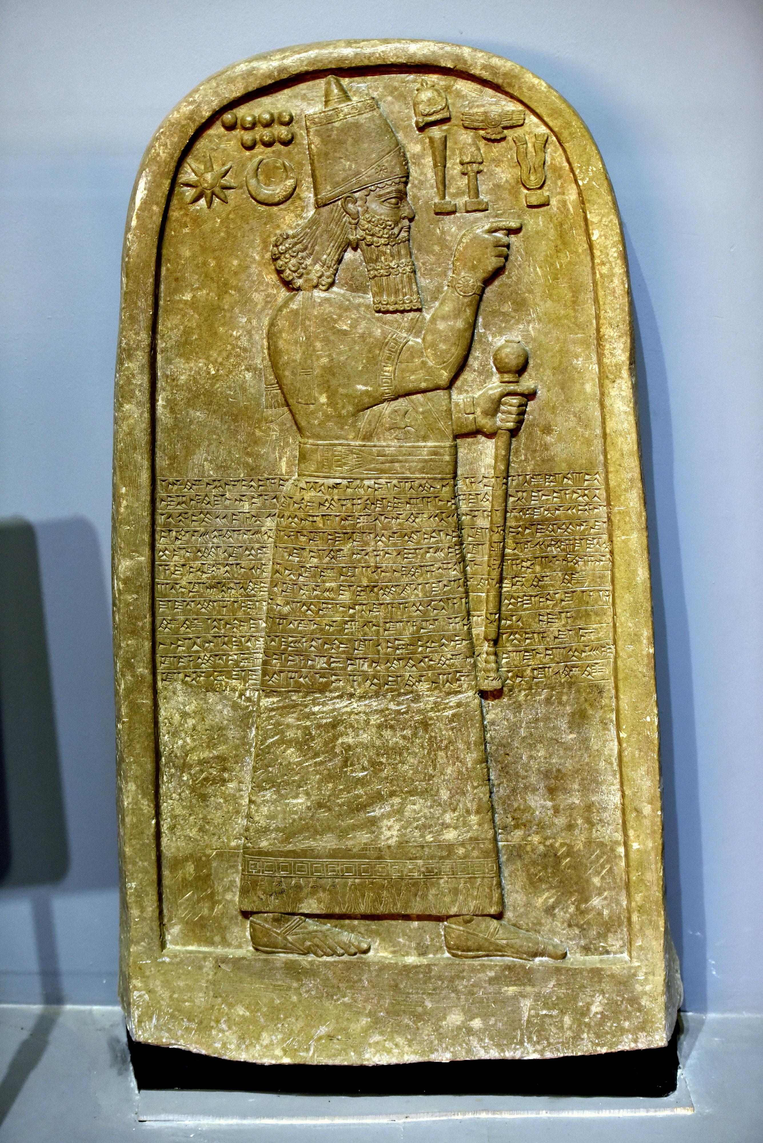 上图:在伊拉克尼尼微省的Tell al-Rimah遗址出土的亚述王阿达德尼拉里三世(Adad-nirari III,主前811-783年在位)石碑,现存于大英博物馆。碑文记录了他西征亚兰的功绩,当时向他进贡的诸王中包括「撒玛利亚约阿施」。