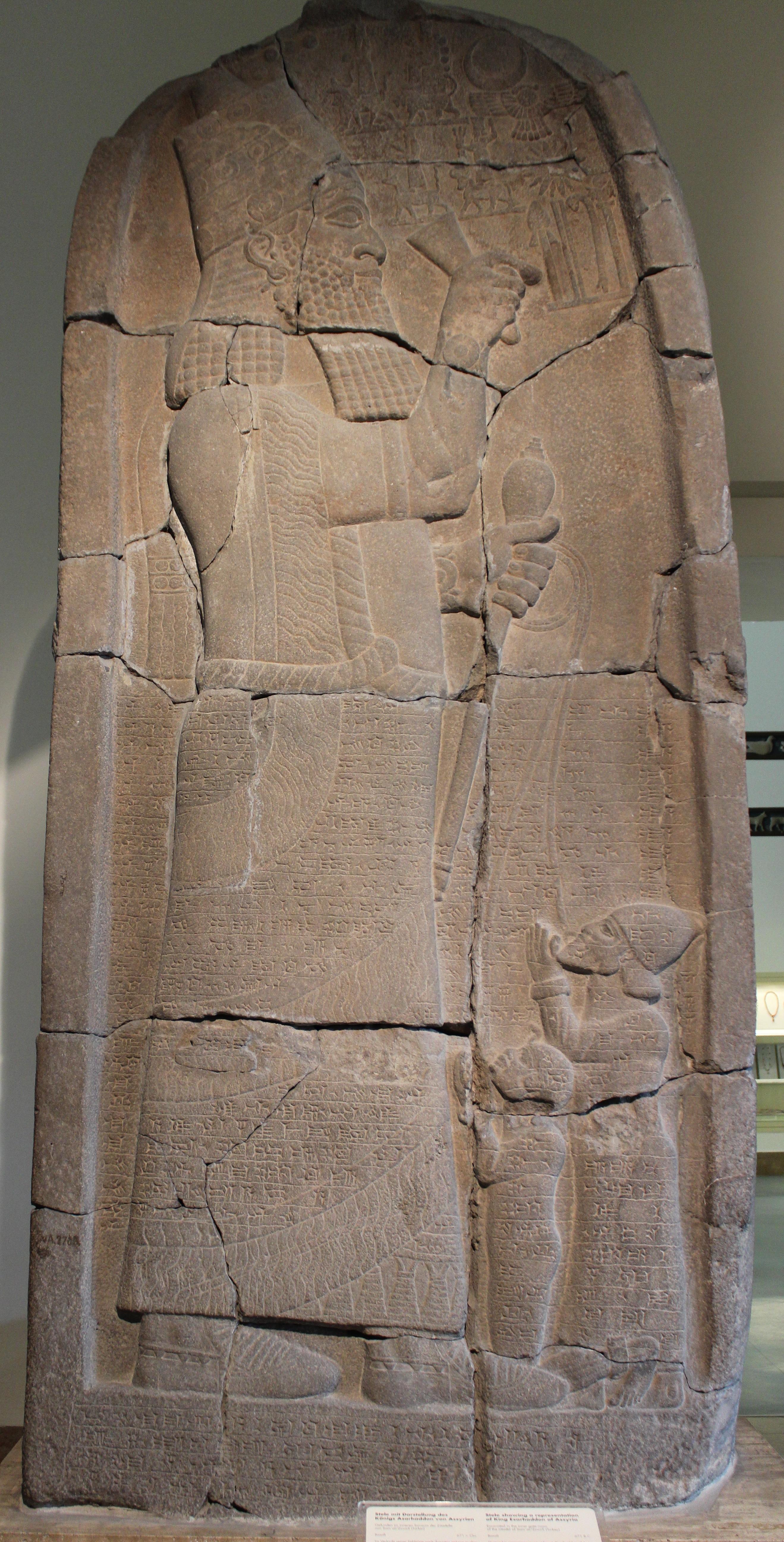 上图:亚述王以撒哈顿(Esarhaddon,主前681-669在位)的胜利石碑,记录了他于主前671年战胜埃及法老塔哈卡(Taharqa,主前690-664年在位)。石碑上,腓尼基王和埃及法老的嘴唇上的穿着环子,被亚述王撒哈顿用绳子牵着。