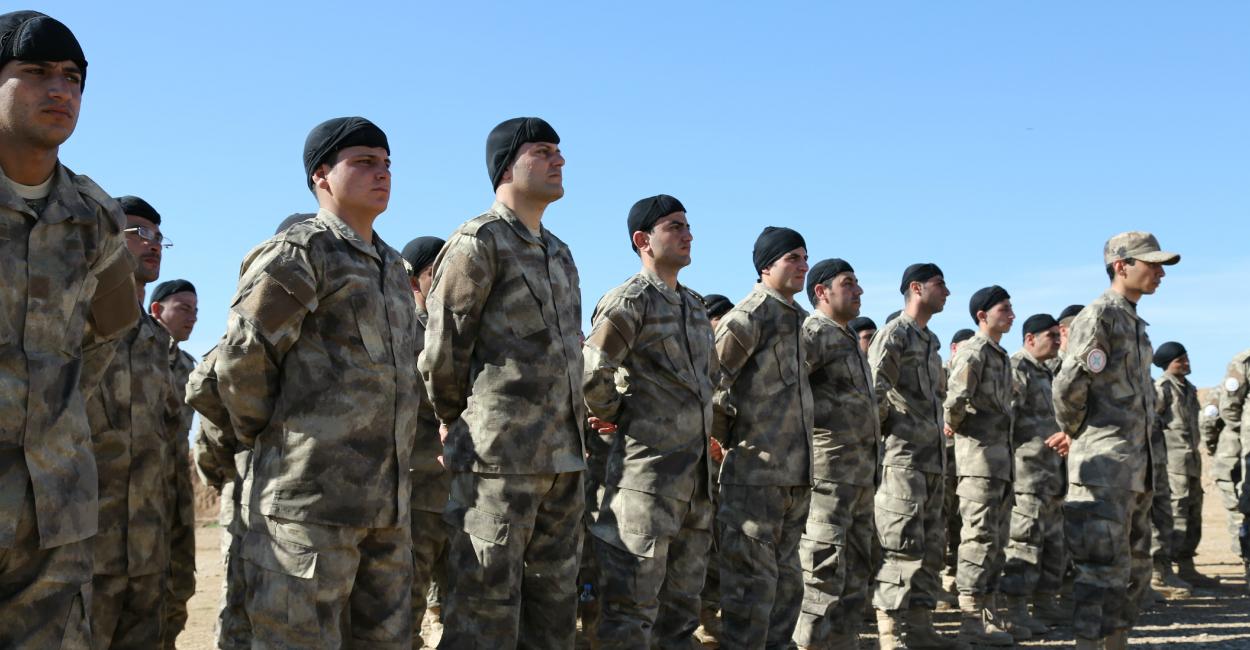 上图:2015年,伊拉克北部尼尼微平原上大约500名亚述基督徒民兵正在训练,拿起武器保护家园免受ISIS伊斯兰国恐怖分子的伤害。今天,全世界大约三百多万亚述人,分布在伊拉克北部、叙利亚东北、伊朗西北部、黎巴嫩、约旦和土耳其东南部,他们大都是东方亚述教会(Assyrian Church of the East)、迦勒底大公教会(Chaldean Catholic Church)和叙利亚正教会(Syriac Orthodox Church)的基督徒。亚述人由于没有全民改信伊斯兰教,遭受历代伊斯兰政权的迫害,在一战中被奥斯曼帝国屠杀了将近30万人,流散到世界各地。伊拉克是亚述人的祖居地,也是全世界亚述人最多的地方。但自从2003年伊拉克战争以后,一半以上的亚述人被迫离开伊拉克,2015年只剩40万。