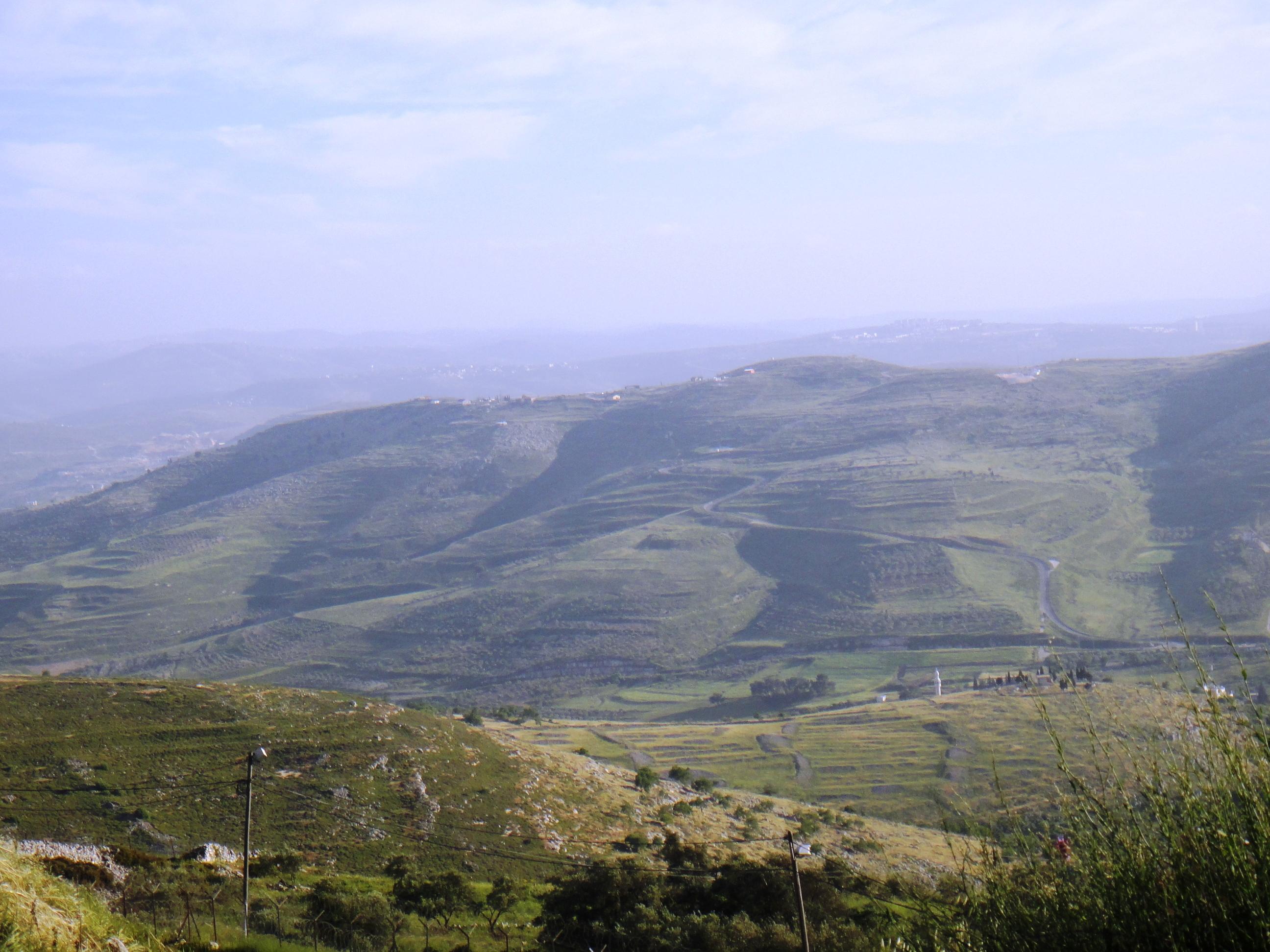 上图:撒马利亚周围的山谷和群山,撒马利亚山被称为「肥美谷的山」(赛二十八1)。