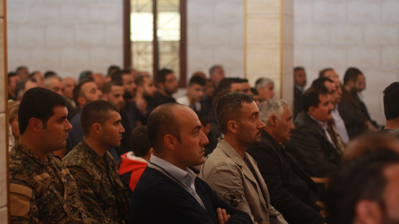 上图:2016年,坚持留在叙利亚Tell Tamer的亚述基督徒在教堂中聚会。其中穿制服的是亚述民兵。经历了中东多年的战乱以后,叙利亚和伊拉克的亚述基督徒建立了民兵,保护亚述社区免受伊斯兰国恐怖分子的袭击