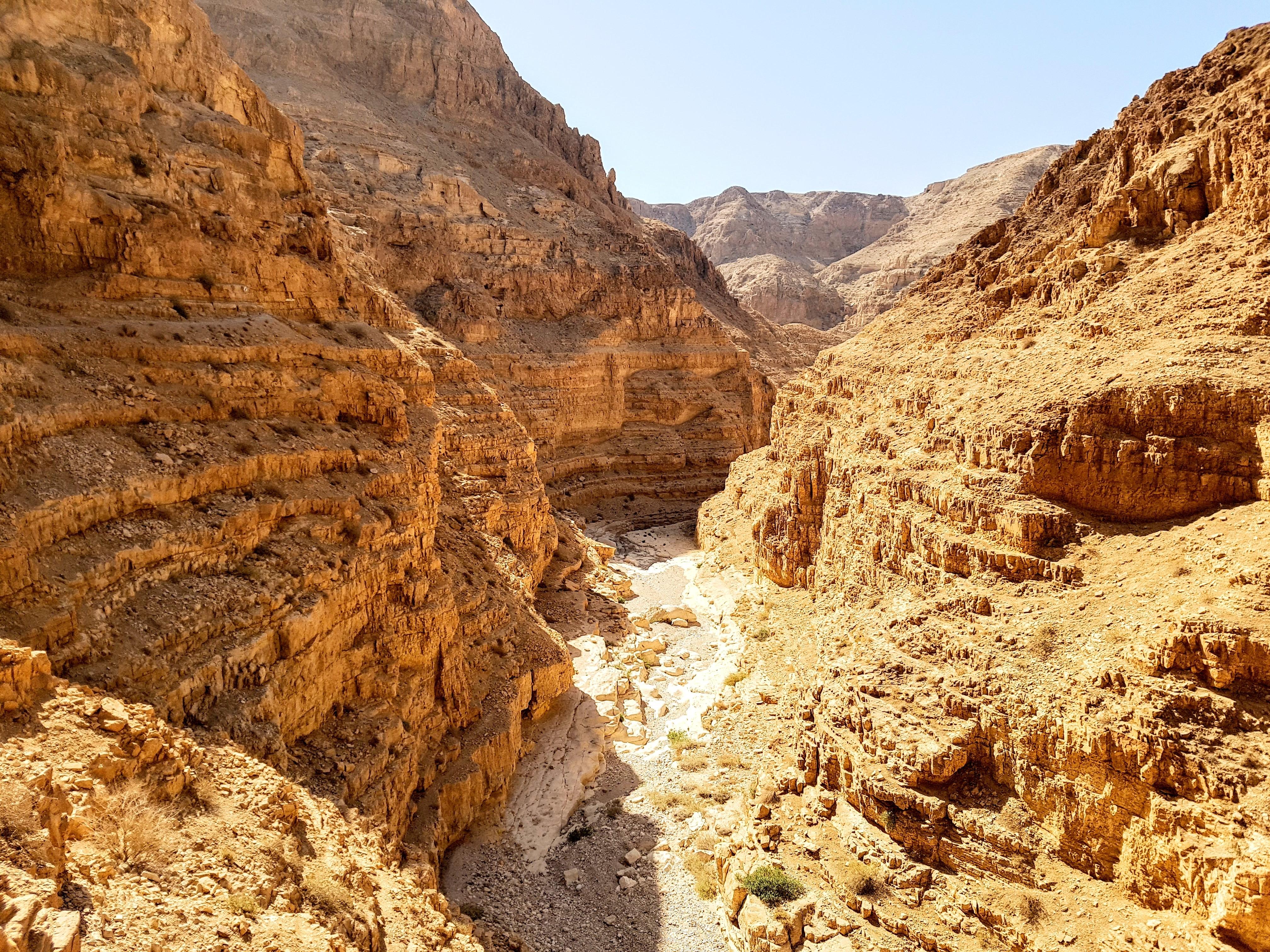 上图:犹大旷野的旱溪Wadi Dragot,雨季有水,旱季干涸。