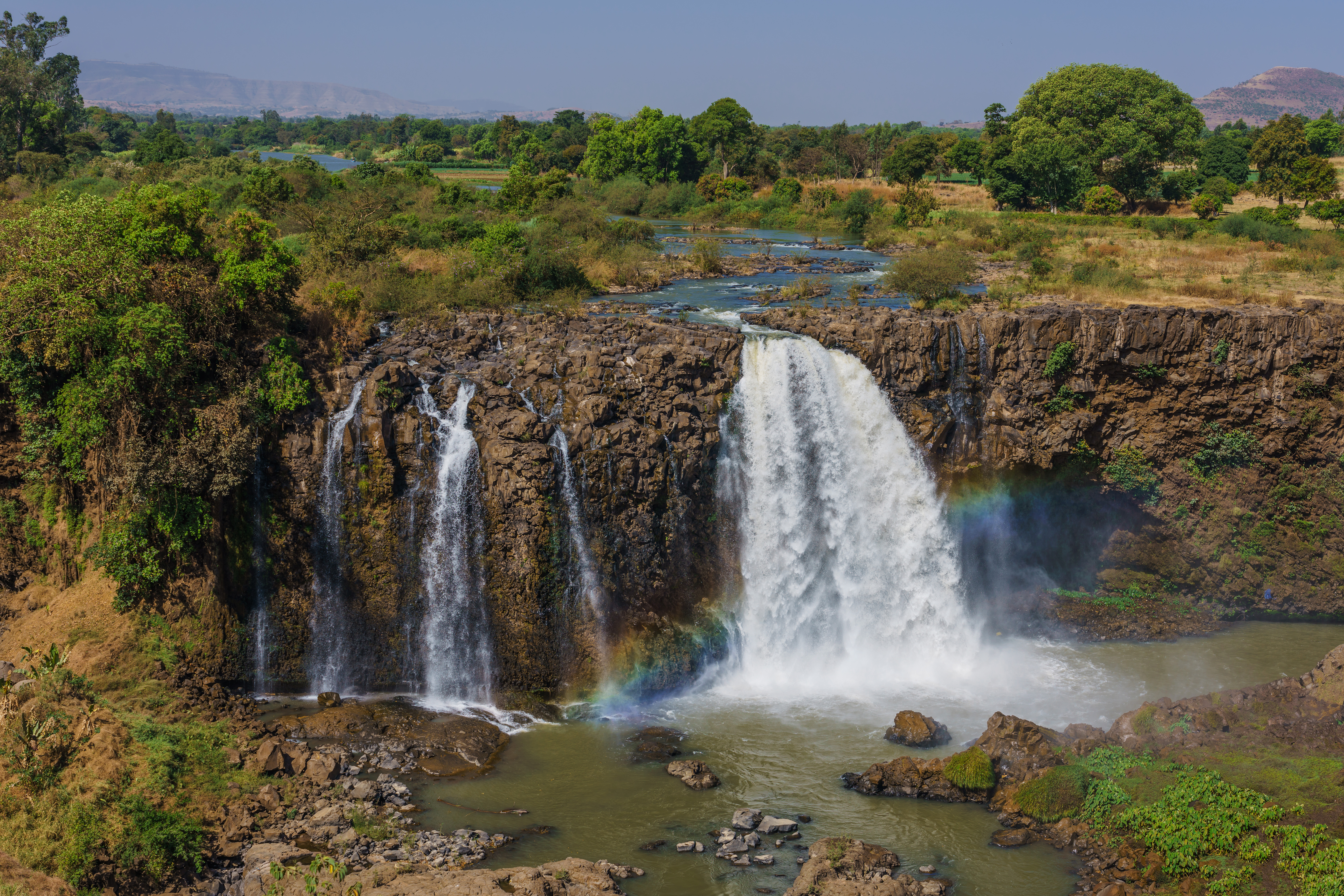 上图:东非埃塞俄比亚北部的青尼罗河瀑布(Tis Abay,Blue Nile Falls)。尼罗河上游有两条主要支流,源于埃塞俄比亚高原的青尼罗河是尼罗河下游大多数水和营养来源,源于东非大裂谷维多利亚湖流域的白尼罗河则是最长的支流。青、白尼罗河在苏丹首都喀土穆附近汇成尼罗河,然后向北穿过苏丹和埃及,所经过的地方均是沙漠,孕育了古埃及文明。